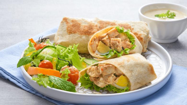 Roti Gulung Caesar Salad Ayam